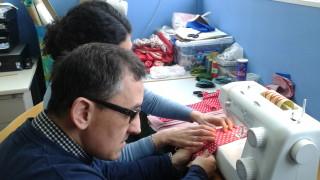 Treballadors del CO TEB/Verdum elaborant roses de roba