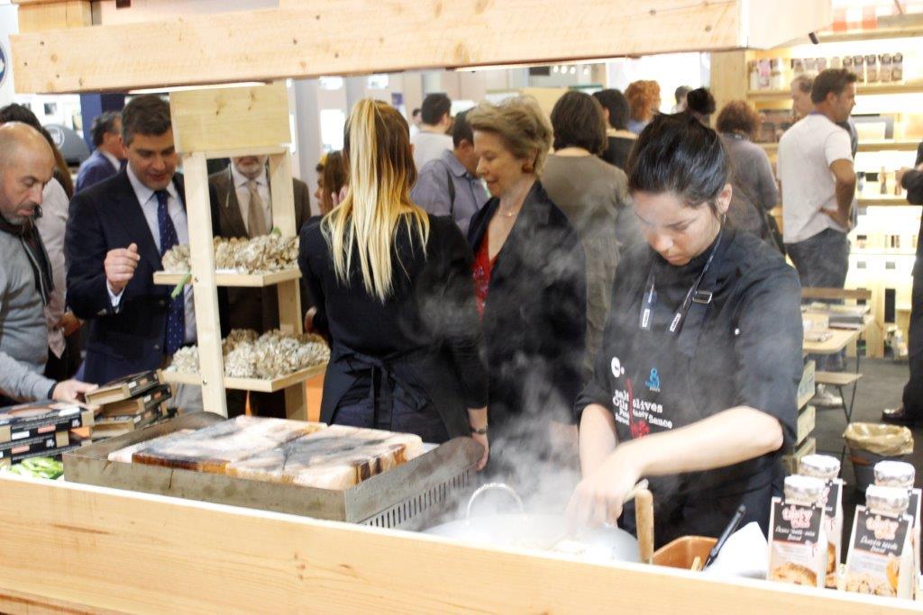 Demostracíó de cuina amb el Bloc de Sal de Pèrsia a l'estand del TEB de la Fira Alimentària