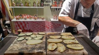 Cuina amb bloc de sal a l'estand de Trade&More a la Fira Munich