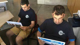 Treballadors del TEB llegint la TEBmatica de juny