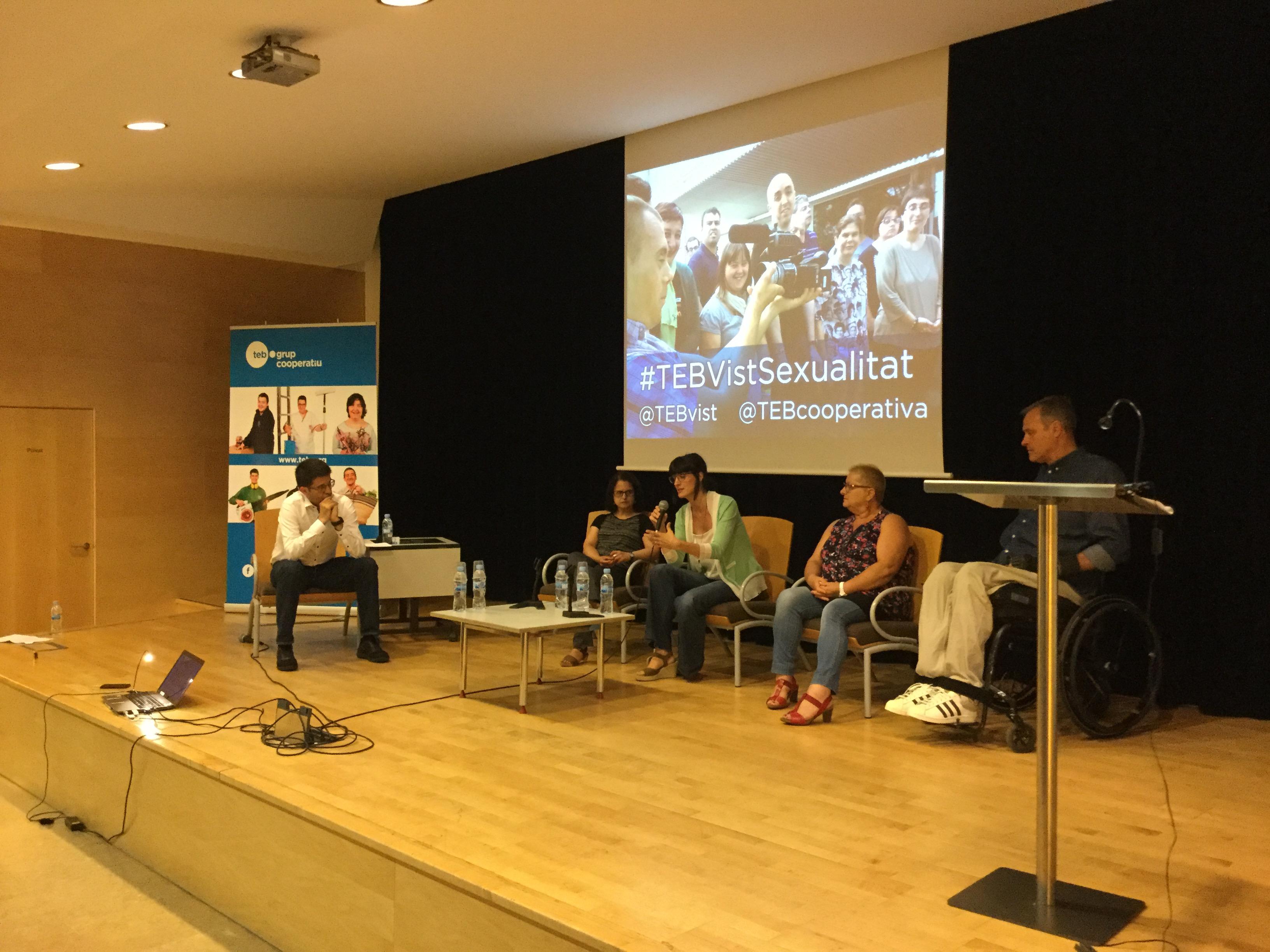Imatge del Col·loqui. Es veuen asseguts Josep Maria Soro, presentador de TV3 i director de TEB Vist, i els testimonis: Teresa Pujol, Mari Carmen Sánchez, Gemma Deulofeu i Francesc Granja.