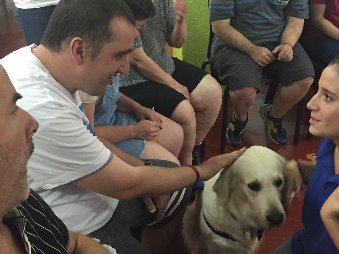 Teràpia amb gossos al TEB/Barceloneta
