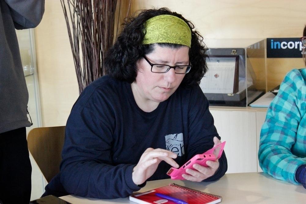 Una noia amb discapacitat intel·lectual formant-se en ús d'smartphone