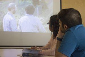 Dos participants visionen un audiovisual durant la segona sessió de la 2a temporada del Club TEB de Lectura Fàcil