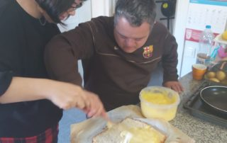 Mmmm, casi a punt per menjar el pastís a la Llar Castellara la Llar Castellar