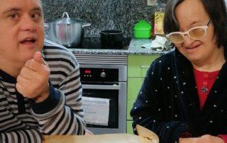 Preparats per menjar el pastís a la llar Castellar