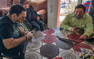 Fent mascaretas de tela, amb molta concentració