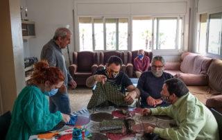 Junts trabellem fent mascaretes de tela a la Llar Barceloneta