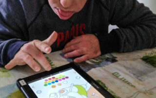 A la tablet també es pot pintar! (Llar Castellar)