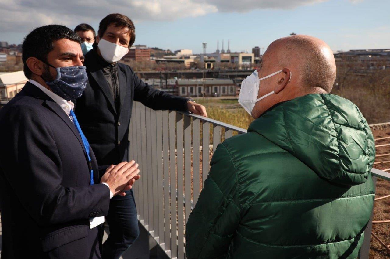 Manolo Rodríguez i Joan Berruezo expliquen al Conseller El Homrani com van construir la coberta verda del TEB