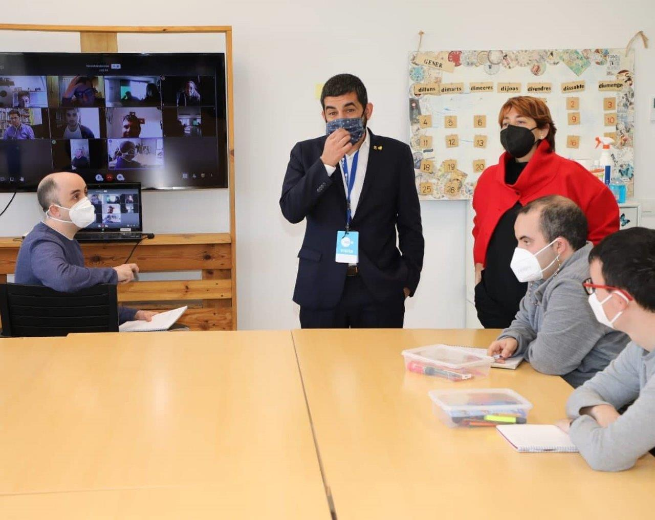 El conseller Chakir El Homrani parla amb l'equpi del TEB Vist per videoconferència