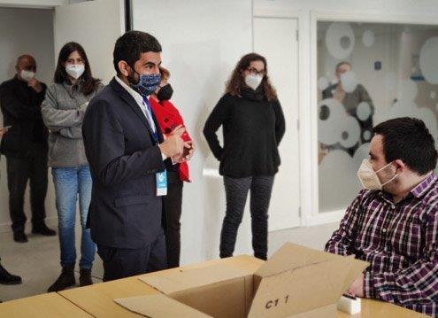 El Conseller Chakir el Homrani visitant una de les sales del Centre Ocupacional