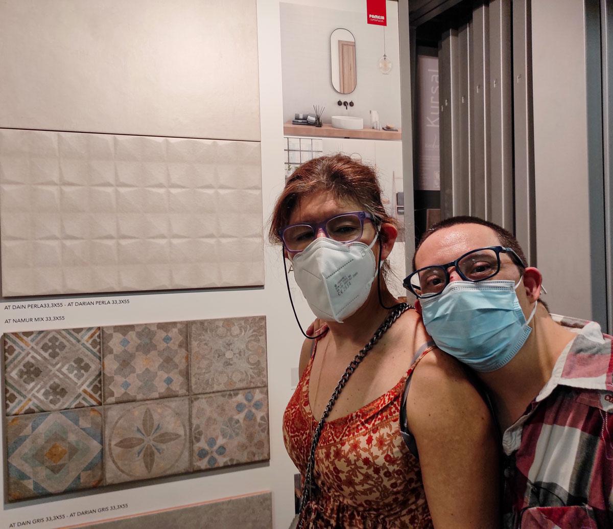 L'Anna Guimerà i el Jordi Bringué, contents escollin rajoles per a la Llar Barceloneta