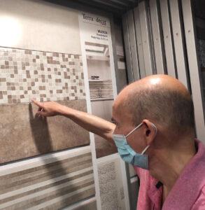 El Carlos, assenyalant la rajola que més li agrada per a les obres de millora de Llars Barceloneta